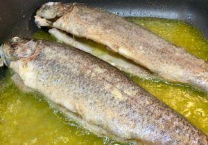 Receta de truchas escabechadas que sorprenderá a tus invitados. Sencilla y económica. Zanahoria, aceite de oliva virgen extra, especias, truchas y vinagre.