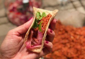 La Cochinita Pibil es una receta sencilla, típica de la cocina mexicana. Se prepara con tacos de maíz, cebolla morada, chile habanero, naranja agria y lima.El Restaurante Mexicano Punto MX con Estrella Michelin, ofrece en la parte de arriba, llamada Mezcal Lab, los platos más conocidos del Chef Roberto Ruiz y en la parte de abajo, un menú de 11 pases, llamado Evolución Natural. Guacamole, tacos, tuétano, picante, cócteles a base de Mezcal en el Barrio de Salamanca.