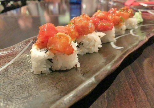Restaurante japonés en el Barrio de Salamanca. Magnífica relación calidad precio, en un local de ambiente agradable, íntimo e informal. Sushi y niguiri de salmón, atún y anguila con salsa casera. Innovación de algunas recetas como el delicioso tartar de salmón y mostaza. Destaca por los Gunkan.