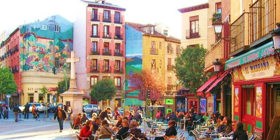 Disfruta de una visita por Madrid con Microplan recorriendo los mejores sitios de tapas y pintxos. Un plan estupendo para conocer los detalles de Madrid y acompañarlo de un buen vino o una cerveza bien tirada. Los Barrios, Museos, Gastronomía e Historia de la Ciudad.