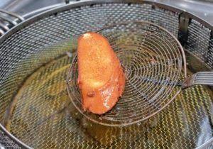 Receta tradicional de Torrijas que hicimos en un Taller en la Pastelería Cala-Millor Madrid. Receta sencilla, deliciosa, rápida y al alcance de todos. Prepara unas Torrijas increíbles con 4 sencillos pasos. Los ingredientes son Pan de Brioche, Leche, Azúcar, Biscuit y Canela.
