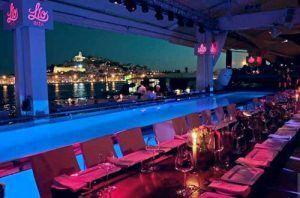 Descubre lo mejor de Ibiza, isla que pertenece a las Baleares. Mar Mediterráneo, calas y playas con aguas turquesas, arena fina y blanca, atardecer de ensueño, gente guapa, ambiente cool, fiesta de día y de noche, restaurantes elegantes, chiringuitos molones y gastronomía con pescados frescos y hoteles de lujo.