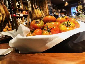 Alicante-Gastronomía-Mesón-Pincelín-Interior-Tomates