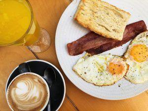 Gastronomía-Valencia-Brunch-Corner-Café-ZUmo-Huevos-Bacon