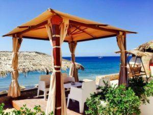 La palapa de Theros en Santorini
