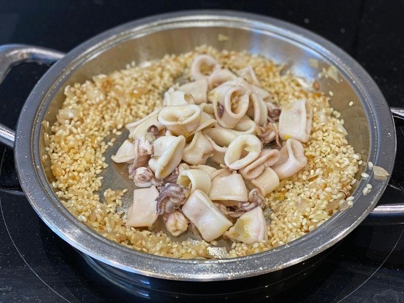 ingredientes arroz con alcachofas y chipirones