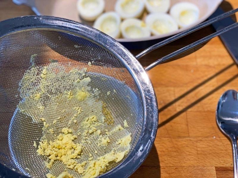yema de los huevos rellenos con bechamel