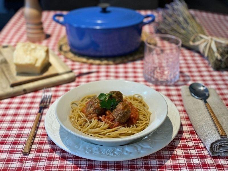 espaguetis con albóndigas con tomate