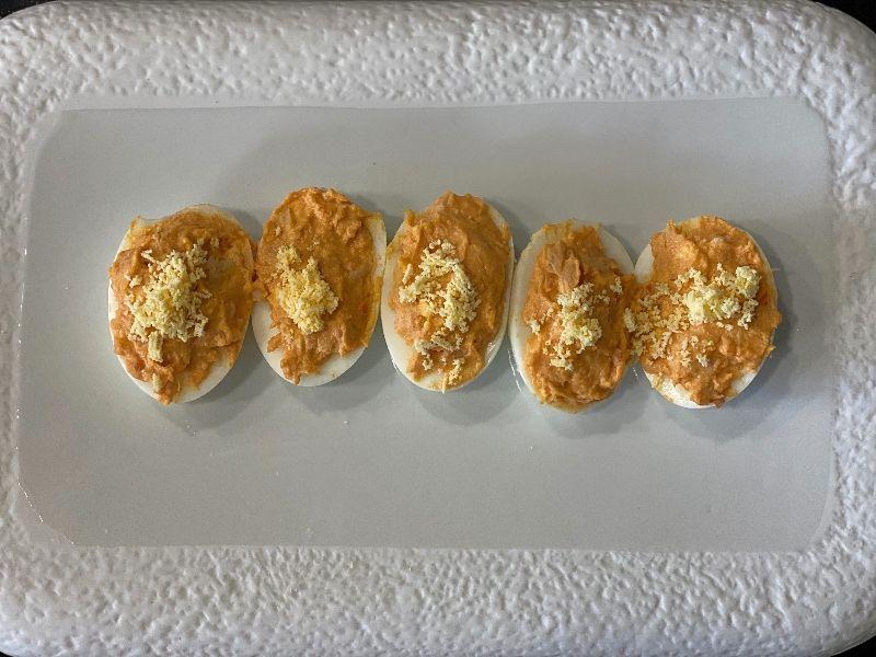 huevos rellenos de atún presentación