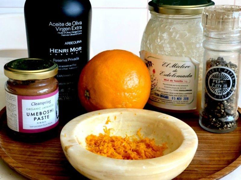 Ingredientes de aliño para ensalada con naranja